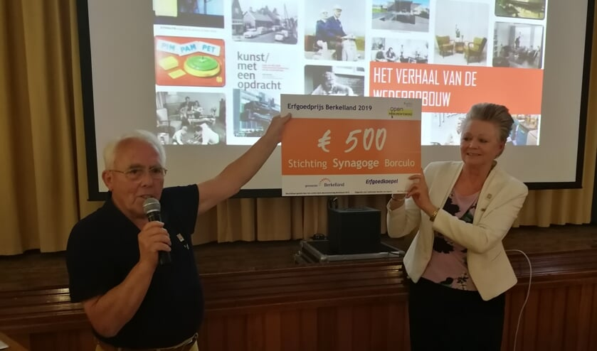 Wim Winkeldermaat maakt bekend dat de Erfgoedprijs van 500 euro gaat naar de stichting Synagoge Borculo. Foto: Rob Weeber