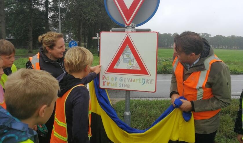 De onthulling van het nieuwe verkeersbord door de leerlingen. Foto: Rob Weeber
