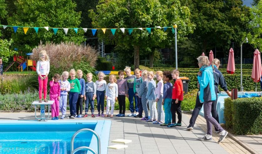 Zwemmers gingen op voor hun zwemdiploma.  Foto: Gerwald Harmsen