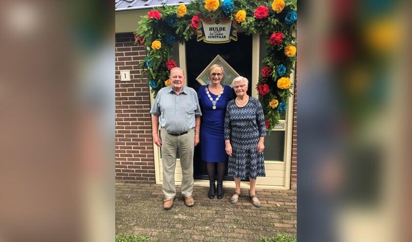 Burgemeester Marianne Besselink bezoekt het bruidspaar Ben en Antoinet Masselink. Foto: PR