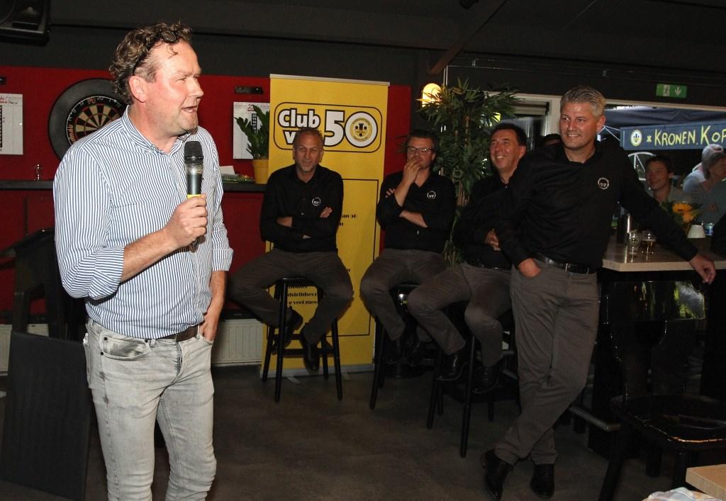 Het bestuur van VV Vorden wordt toegesproken door voorzitter Rein Bruinsma van collega-vereniging DASH. Foto: Johan Bolink Foto: johanbolink.nl © Achterhoek Nieuws b.v.
