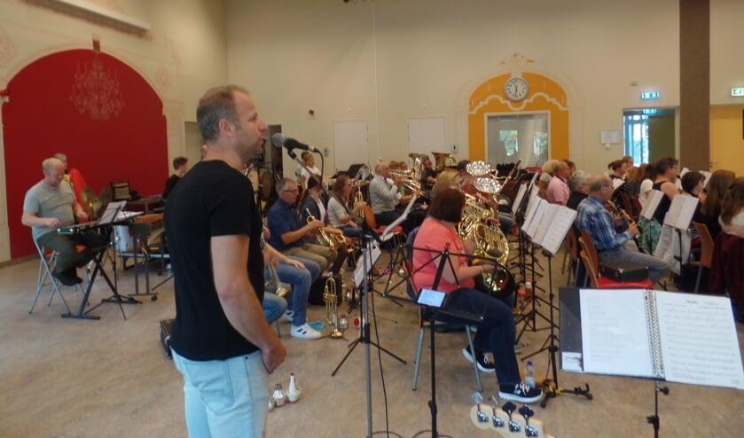 Rik Kamperman zingt samen met het orkest van Sophia's Lust onder meer  'Zij gelooft in mij' van André Hazes. Foto: Jan Hendriksen.