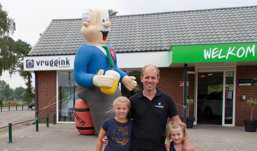 Dennis Steenbergen Buunk met zijn dochters Linn (l.) en Yfke. Foto: Liesbeth Spaansen