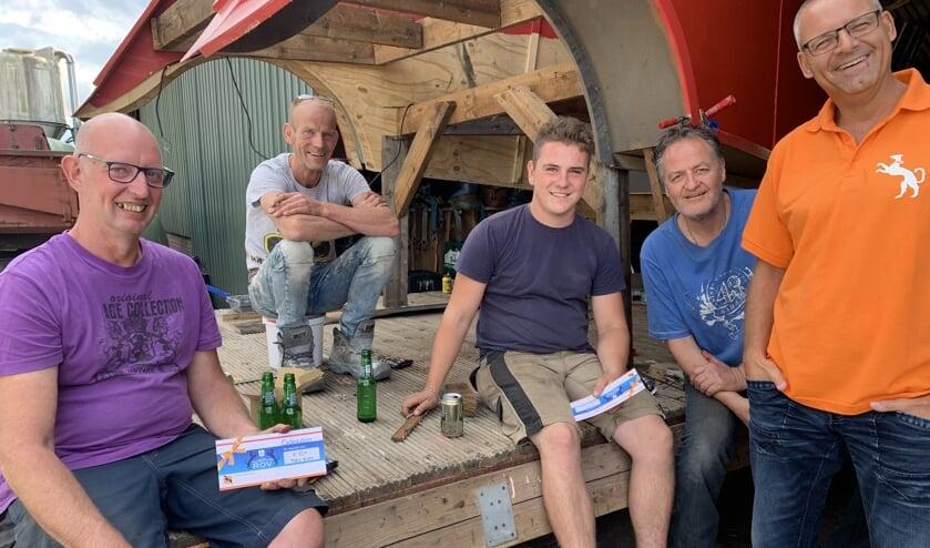 Peter Lankveld (links) met de waardebonnen die hij van Peter ten Berge (rechts) van Oranjevereniging Ruurlo ontving. Foto: PR