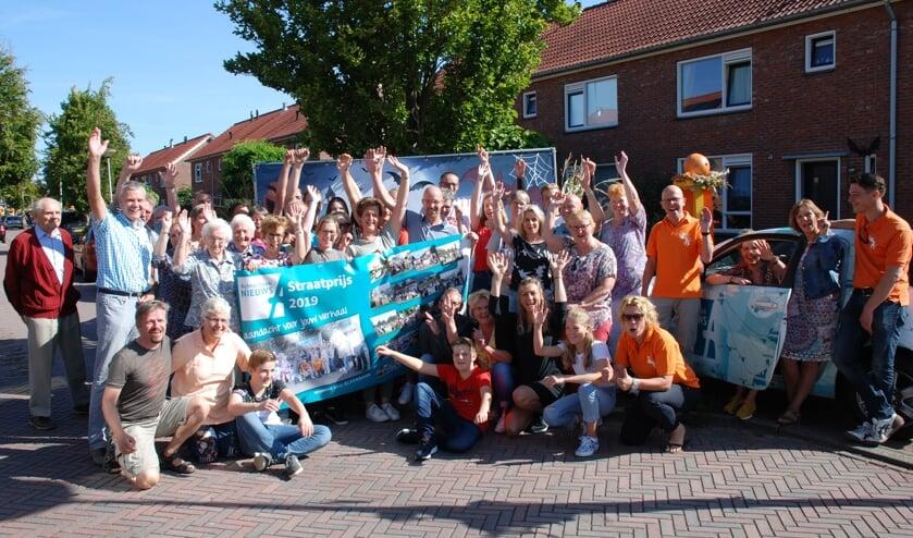 De bewoners van de Beatrixlaan werden zaterdag gefeliciteerd door Oranjevereniging Ruurlo en directeur Gerhard Weevers van Achterhoek Nieuws BV. Foto: Leendert Koertse.
