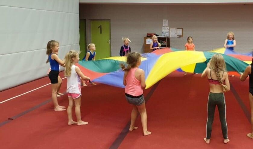 Lekker in beweging tijdens de gymlessen bij Athos. Foto: PR