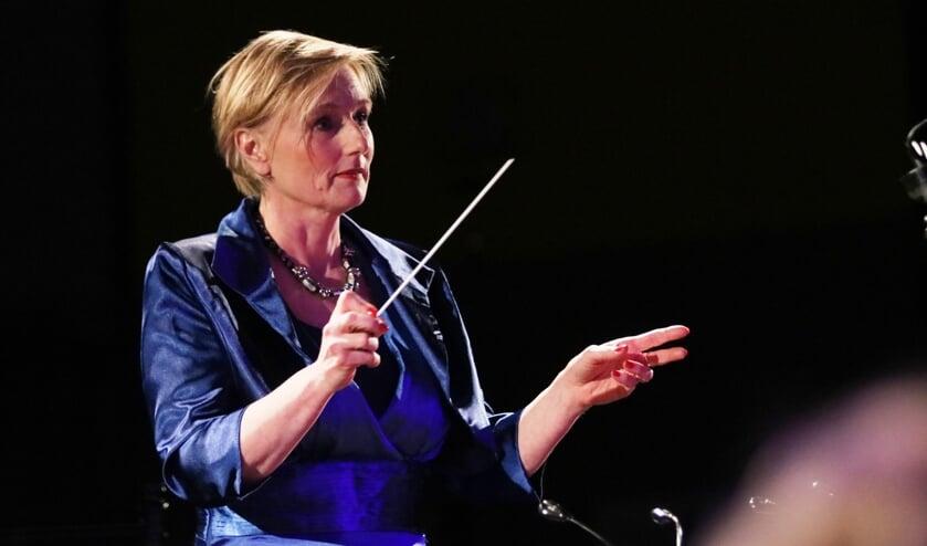 Burgemeester Marianne Besselink in actie als dirigent bij Maestro in Vorden. Foto: Rob Schmitz fotografie