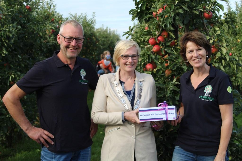 Burgemeester Marianne Besselink ging bij Tom en Monique Horstink op bezoek met Bronckhorster koek. Foto: PR  © Achterhoek Nieuws b.v.