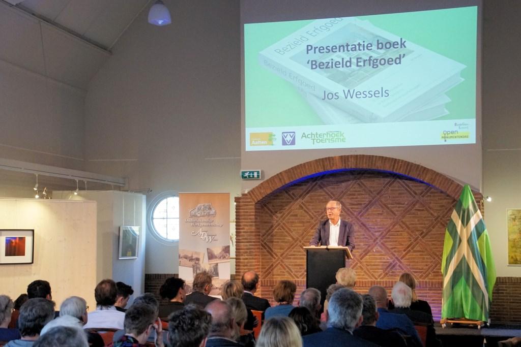 Wessels presenteert zijn boek in een volle Koppelkerk. Foto: Frank Vinkenvleugel  © Achterhoek Nieuws b.v.