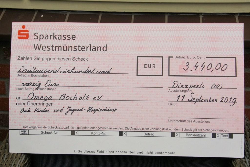 De cheque. Foto: Frank Vinkenvleugel  © Achterhoek Nieuws b.v.