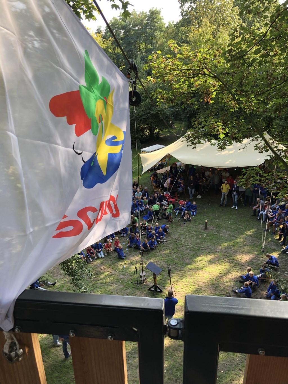 De Scoutingvlag wappert bovenin de nieuwe toren. Foto: Kyra Broshuis  © Achterhoek Nieuws b.v.