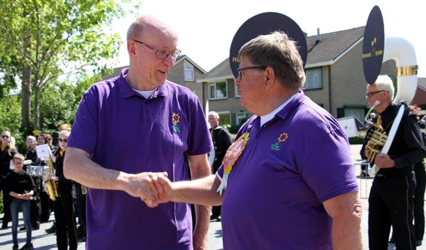 Na de jubileumeditie van Roll-Over Bronckhorst schudde Jan Visser (r.) de hand van de nu nieuwe voorzitter Henk Derksen. Foto: Achterhoekfoto.nl/Liesbeth Spaansen