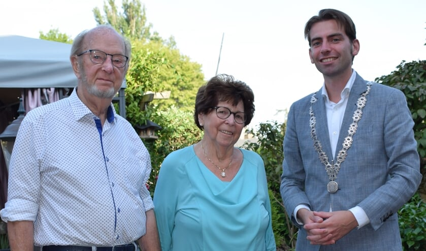 Loco-burgemeester Paul Hofman van de gemeente Bronckhorst kwam het diamanten echtpaar feliciteren. Foto: Familie Schepers.