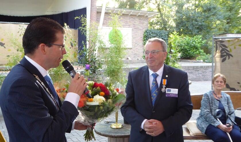 Burgemeester Joost van Oostrum feliciteert 'Ridder van De Dag' Rinus Smet. Foto: ROB Weeber