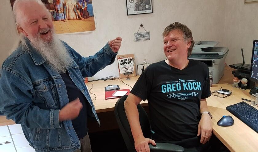 Alan en Paul bij het beluisteren van het nummer 'Home shopping'. Foto: Henri Walterbos