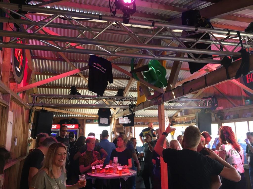 Het is een gezellige drukte in Bar Bizar. Foto: René Eikelkamp  © Achterhoek Nieuws b.v.
