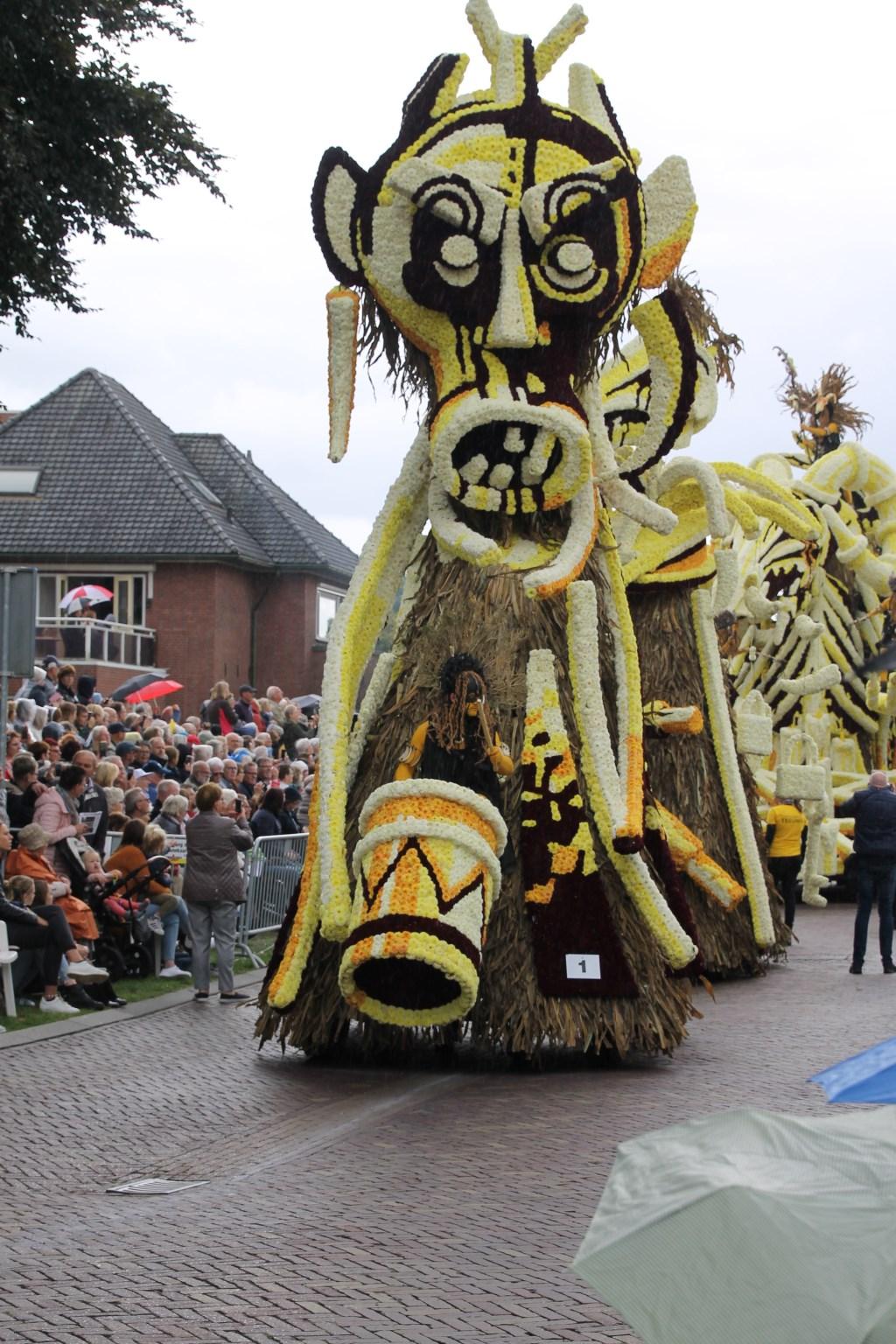 'Zwarte Magie' door corsogroep Teeuws. Foto: Annekée Cuppers  © Achterhoek Nieuws b.v.