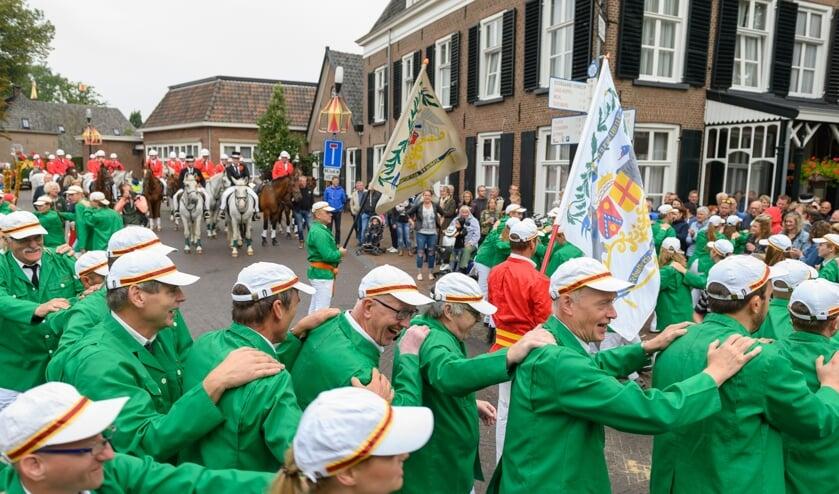 Muziekvereniging, ruiters, schutters en publiek bij de Gouden Karper tijdens het volksfeest in Hummelo. Foto: Achterhoekfoto.nl/Henk den Brok