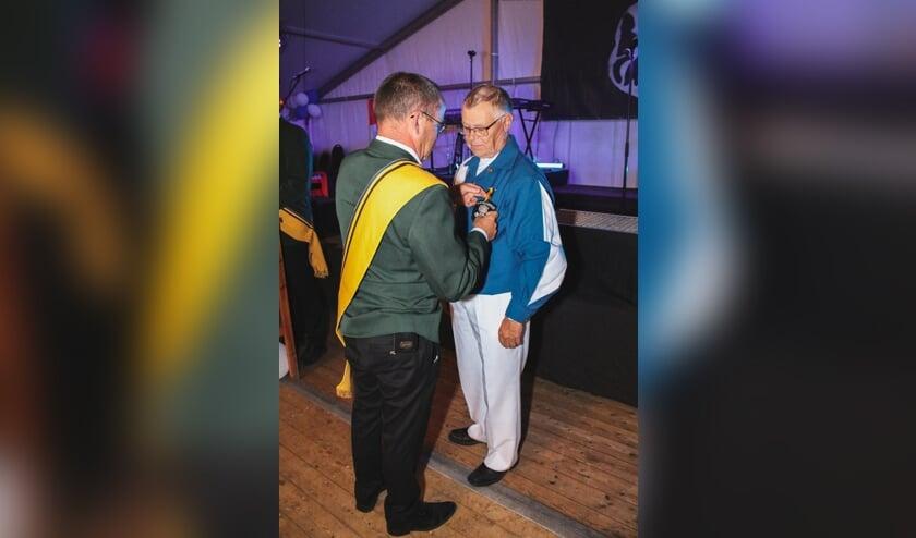 Een dubbele onderscheiding voor Jan Baks. Foto: De Schanskloppers