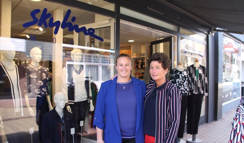 Beau (links) en Debby Vos voor hun winkel aan de Misterstraat 51. Foto: Lydia ter Welle