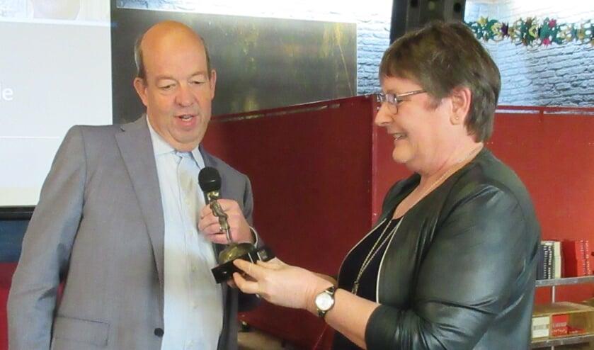 Henk Uijterwaal verblijdt Jacqueline Voordouw met de Kei. Foto: Maarten van der Horst