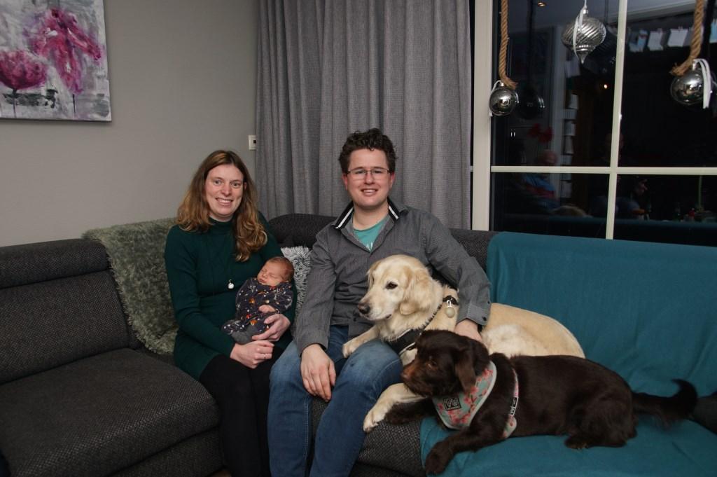 Trotse ouders Desiree en André met Senna en hun honden. Foto: Frank Vinkenvleugel  © Achterhoek Nieuws b.v.