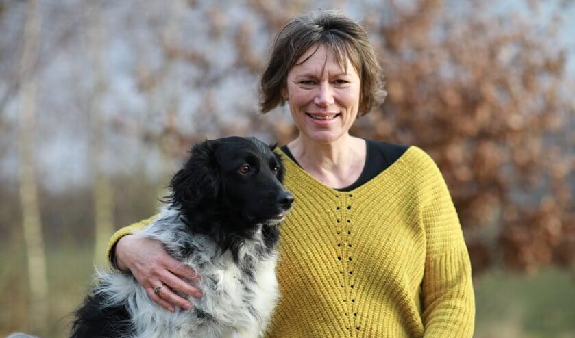Feikje Breimer met één van haar twee honden, de Friese stabij Olle. Eigen foto
