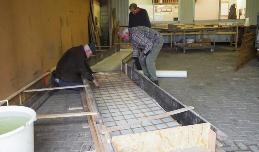 Het aanbrengen van de bewapening voor het betonnen fundament. Foto: Wilma Fransen