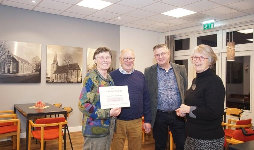 De cheque is overhandigd aan Annie en Otto Heinen. Foto: Frank Vinkenvleugel
