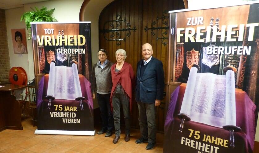 Hans de Graaf, Gerda van Netten en Gerhard Wieholt naast de banners. Foto: Bernhard Harfsterkamp