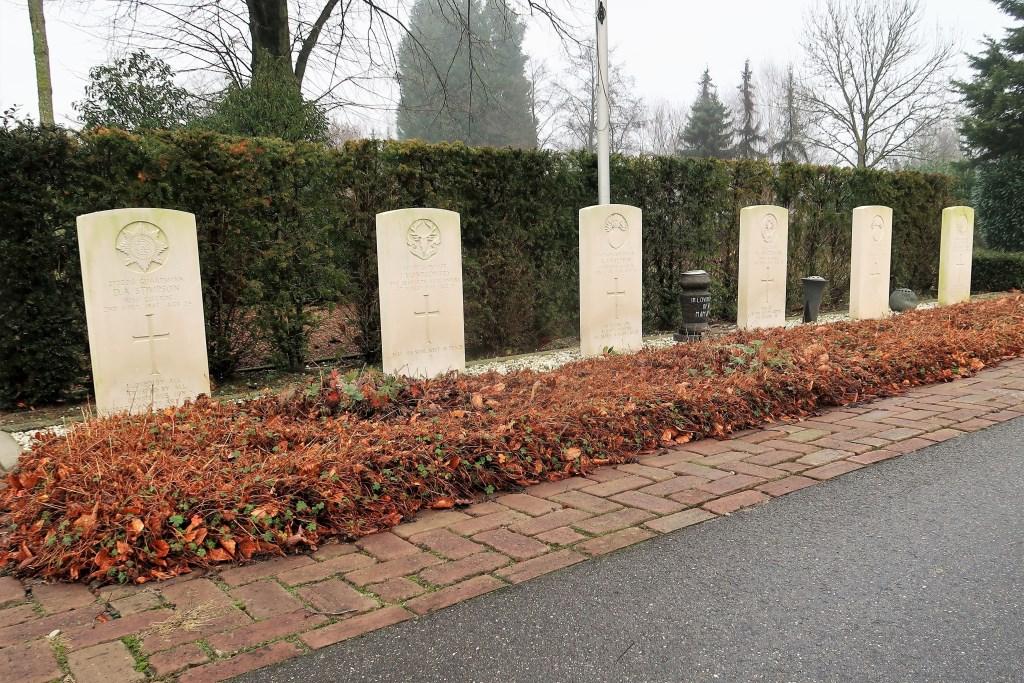 De zes geallieerde begraafplaatsen op het R.K. Kerkhof in Groenlo. Foto: Theo Huijskes  © Achterhoek Nieuws b.v.