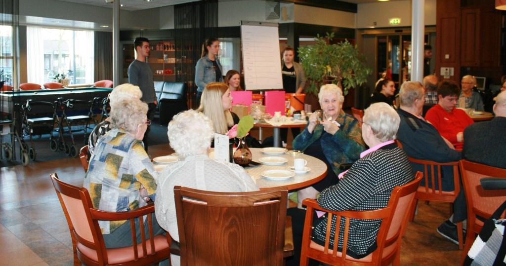 Bewoners Antoniushove doen een quiz tijdens de high tea. Foto: Jos Betting  © Achterhoek Nieuws b.v.