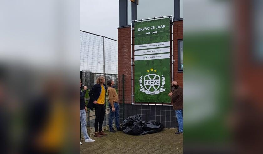 Op foto vlnr: Trots bekijken Cas Maarse, Johnny Cuppers en Dolf van 't Hooft het jubileumlogo van hun club. Foto: PR RKZVC