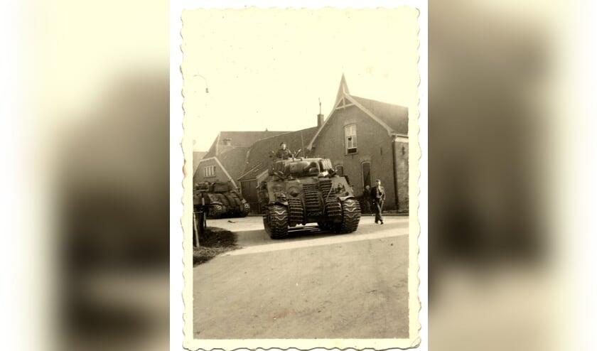 Geallieerden met tank op het kruispunt in Steenderen. Foto: Archief HVS