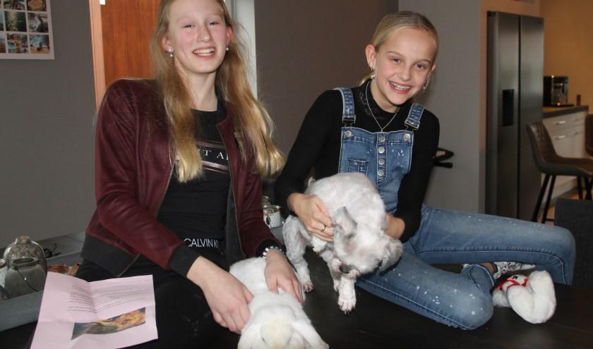 Joséphine van Diest (l) en Ashley Kuijt willen iets doen voor de inwoners van Australië maar zeker ook voor gewonde dieren. Foto: Lineke Voltman