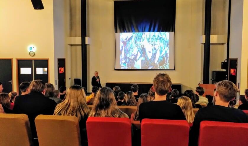 Dos Winkel geeft een presentatie. Foto: Sander Damen