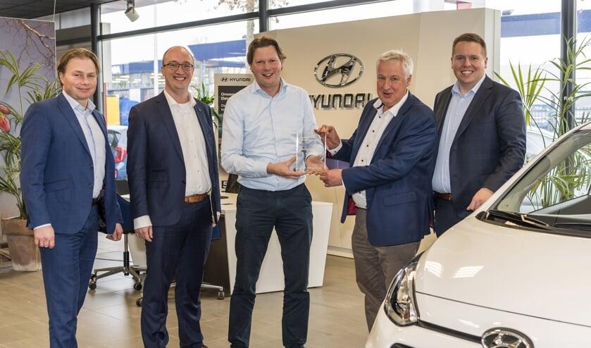 Theo Eitjes, Director After Sales van Hyundai Motor Nederland, reikte de bijbehorende onderscheiding uit aan directeur Jos Herwers. Foto: PR
