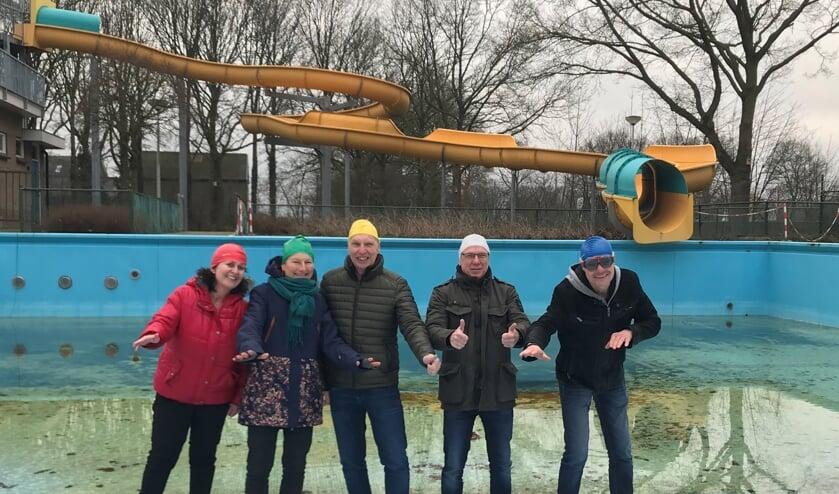 Annette Kok (Stichting Zwembad het Elderink) en Jolanda Wissels, Jan Plekkenpol, Gerbert Vossers en Alex Hendriks (Stichting Triatlon Hengelo Gld.). Foto: Ellen Somsen