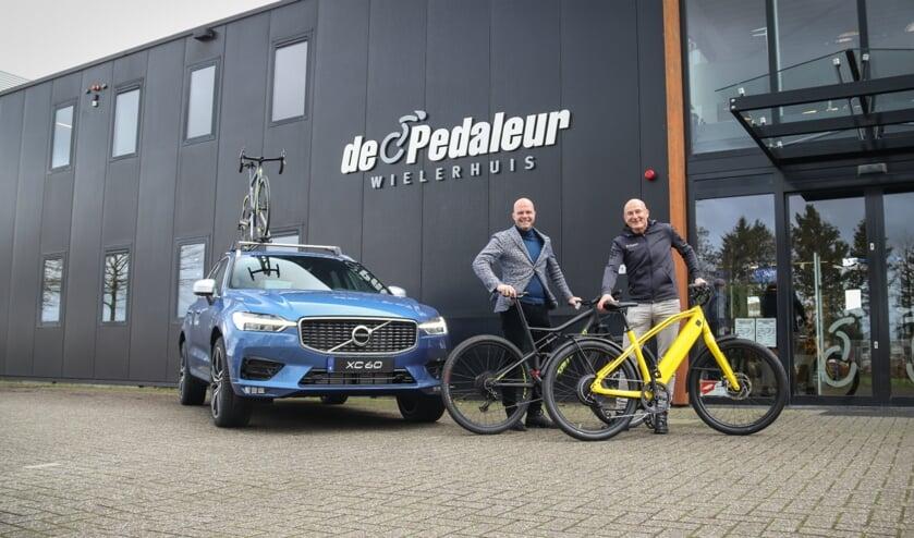 Frank Arendsen en Rob van der Wal voor het pand van De Pedaleur. Foto: PR