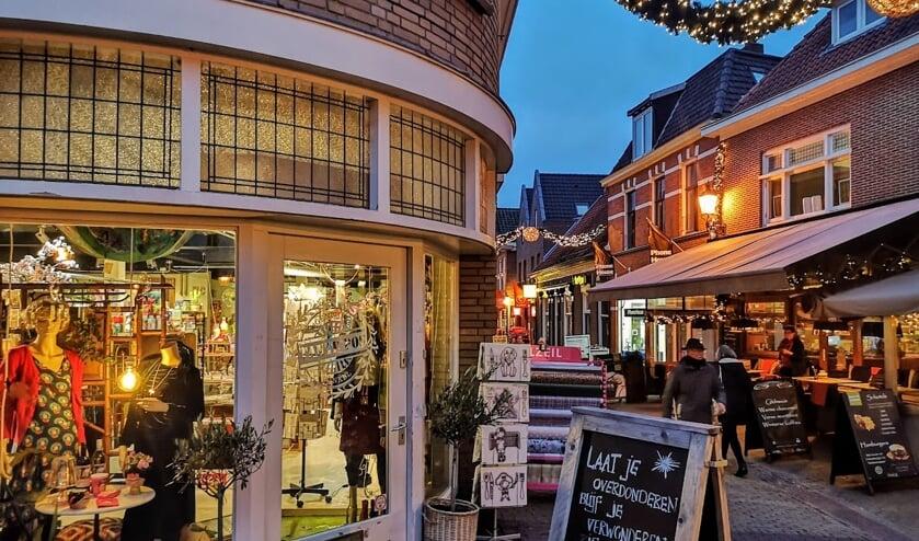 Tante Pos heeft de eigen winkel (links) even verruild voor het voormalige pand van Intertoys dat op de achtergrond is te zien. Foto: Henri Bruntink