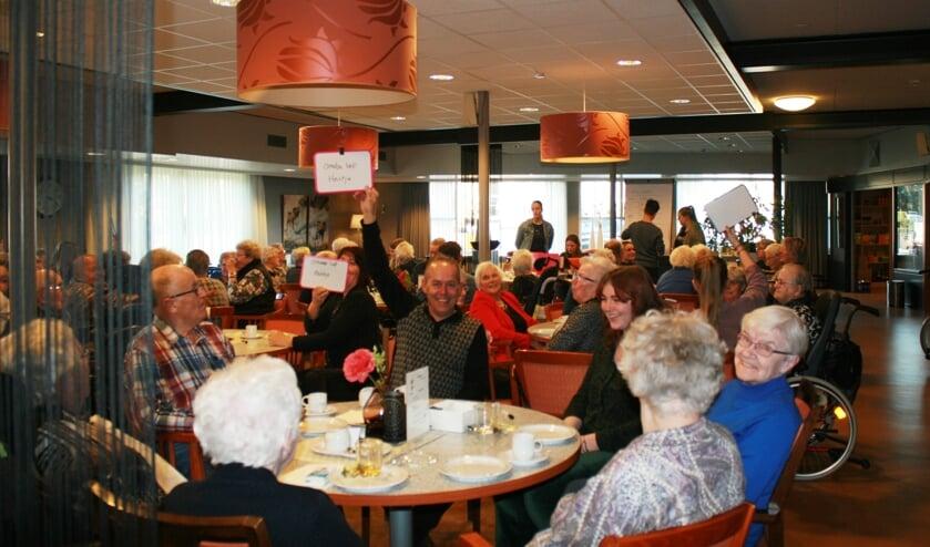 Bewoners Antoniushove doen mee aan de quiz tijdens de high tea. Foto: Jos Betting