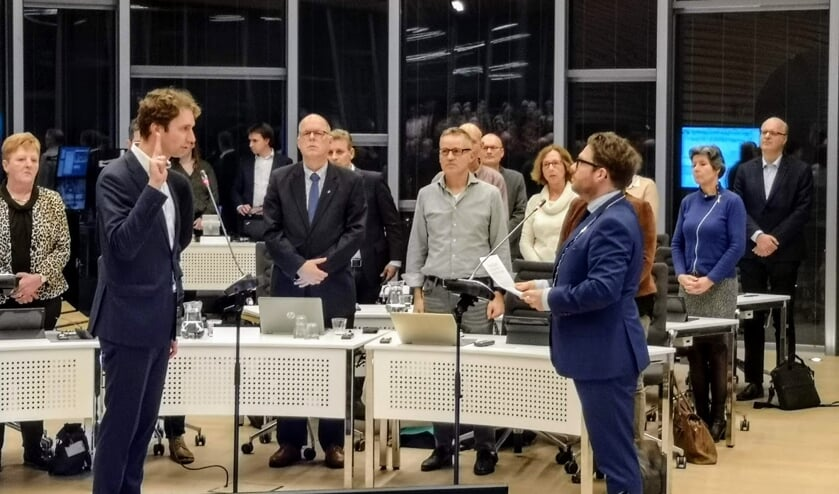 Pieter Bas ter Maat (links) legt de eed af bij zijn benoeming tot raadslid. Foto: Henri Bruntink