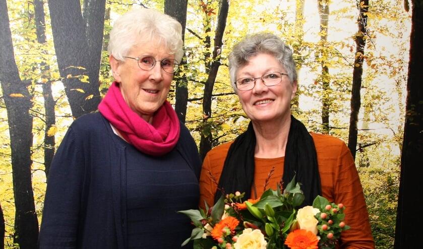 Voorzitter Ineke Nijland (links) en jubilaris Greetje Agterhuis. Foto: Dick Lammers