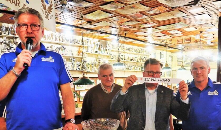 De loting voor de poule-indeling wordt verricht door Hans Scheinck van Grol en Peter Grooten van Grolse Boys. Foto: Theo Huijskes