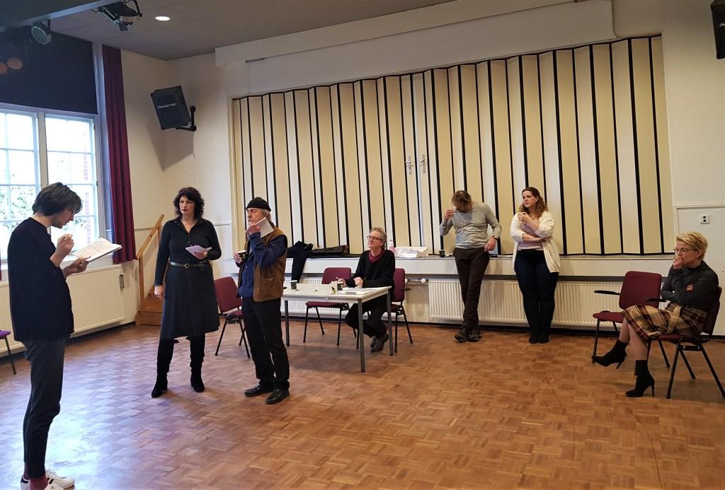 Stan Geurts instrueert auditie doende acteurs en actrices.  Foto:  © Achterhoek Nieuws b.v.