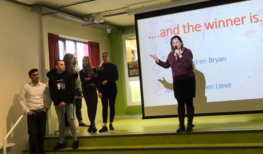 Docente Marieke Willink maakt namen van de best-verkopende leerlingen bekend vlnr Mohammed Mashmshia, Bryan van Bruggen, Amèl Boonk, Jasmijn Grootholt en Lieve Hobelman. Foto: PR