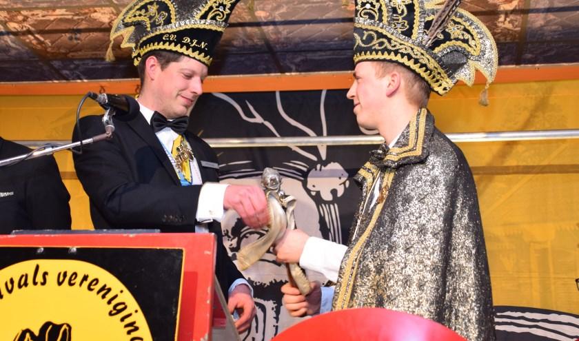 Prins Bram 1 ontvangt de scepter op het Prinsenbal in 2019. Foto: PR De Jonge Nölepeters