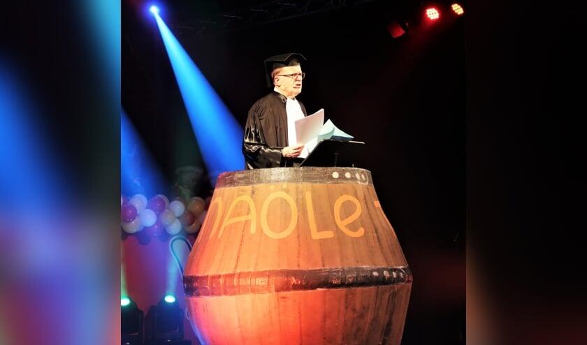 Hans Scheinck als buutreedner in de befaamde nölletonne van CV De Knunnekes. Foto: Theo Huijskes