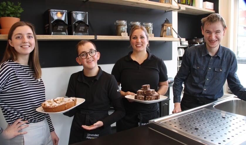 Vlnr: Charlotte Rixten, Pim, Lies ter Braak en Tom in het café van Villa Mondriaan. Foto: Lineke Voltman