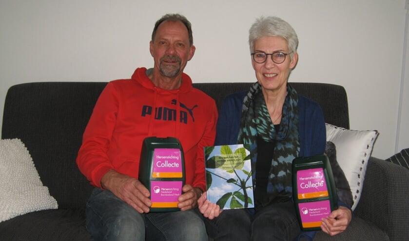 Ria Tuinte en Hans Sloetjes van de afdeling Aalten van de Hersenstichting. Foto: Bart Kraan
